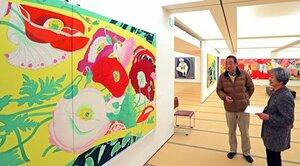 色鮮やかな作品が並ぶ会場(1日、京都市中京区「染・清流館」)