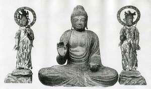 滋賀県に譲渡された日光菩薩像(右)と月光菩薩像。中央は大日寺所有の木造薬師如来坐像=「滋賀縣史蹟調査報告第五冊(調査員 文學史肥後和男)」より