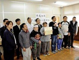 アルミ缶の回収協力者表彰を受けた「むつみ園」の利用者や職員ら(草津市山寺町)