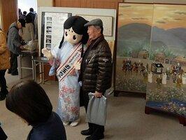 長岡京ガラシャ祭を紹介する長岡京市の展示コーナー「ガラシャのお部屋」では、マスコットの「お玉ちゃん」も登場した