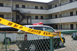 女性が刺された現場とみられる集合住宅(2018年7月、京田辺市三山木南山)