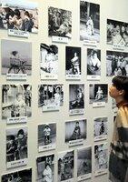 昭和の子どもたちの暮らしを写した写真パネルが並ぶコーナー(京都府城陽市寺田・市歴史民俗資料館)