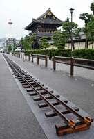 東本願寺御影堂門前に登場したミニSLのレール(京都市下京区)