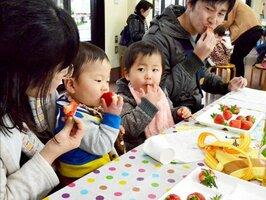 イチゴの食べ比べを楽しむ親子連れ(守山市洲本町・おうみんち)
