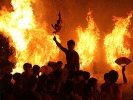 燃えさかるたいまつの前で乱舞する若衆たち(滋賀県守山市勝部1丁目・勝部神社)