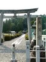 参道前の石碑には「天満宮」と記されている。だが境内には「天満神社」の由来を示す石碑もある(滋賀県甲賀市信楽町)[LF]