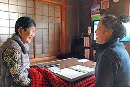 「ほのぼのサービス」を利用する1人暮らしのお年寄りの元を訪ねる協力員(右)。何度も顔を合わせるうちに仲も深まり、会話に花が咲く=笠置町笠置
