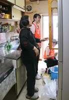 住民の女性(左端)の要望を聞いて食器棚の整理を手伝う学生=京都市伏見区・醍醐中山団地