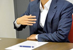 「自分みたいに苦しむ人を生み出さないで」と語る男性(大阪市内)