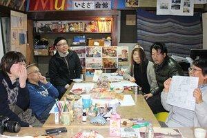 さとう西舞鶴駅前店の思い出を語り合う参加者(京都府舞鶴市引土・いさざ会館)