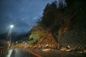 国道9号沿いで発生した土砂崩れの現場(京都府福知山市)