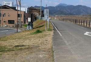 地蔵像が撤去された露店爆発事故現場付近の堤防上の空き地(福知山市上柳)