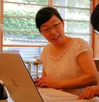 家計簿の付け方や家事の工夫を学ぶ主婦サークルに参加する三浦さん(京都市左京区)