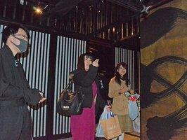 甲賀市をPRする催しで手裏剣投げに挑戦する参加者(東京都新宿区)
