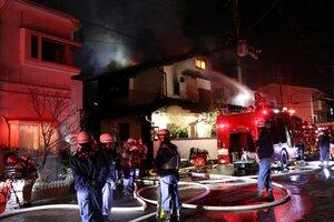 炎を上げて燃える民家(16日午前0時5分、京都市西京区樫原畔ノ海道)