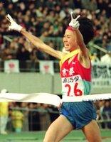 全国女子駅伝で、京都のアンカーとして3年連続で優勝のゴールテープを切った真木さん。1991年の第9回大会(京都市右京区・西京極陸上競技場)