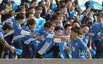 近江-草津東 後半、ゴールを決めて応援団と喜ぶ草津東の小酒井(皇子山陸上競技場)