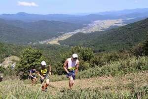 険しい山道を駆け上がるランナーたち(与謝野町与謝)
