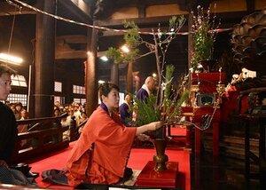 多くの参拝者が見つめる中、桃を入れた立花を献じる池坊専好次期家元(3日午前10時23分、京都市東山区・三十三間堂)