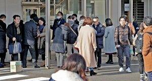 彦根交番射殺事件の初公判で傍聴券を求めて並ぶ市民ら(30日午前8時47分、大津市・大津地裁)