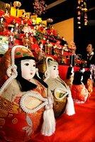 会場に並ぶ多彩な雛飾り(京都府向日市・中小路家住宅)