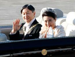 即位パレードに出発される天皇、皇后両陛下=10日午後3時2分、宮殿・東庭