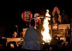願いを込めた護摩木をたきあげる大阿闍梨(京都市左京区・赤山禅院)
