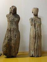湖北地域に「いも観音像」として伝わる「天部形立像」(左)と「如来形立像」=長浜市提供
