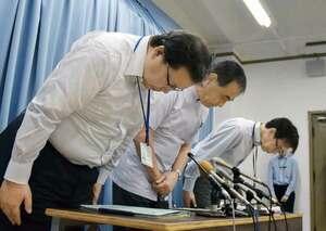 会見で謝罪する滋賀県立総合病院の一山病院長(中央)ら=大津市・滋賀県庁