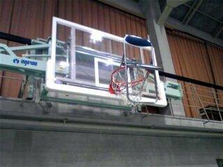 パイプいす、バスケゴールに 体育館いす散乱、卒業式が遅延