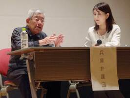 「子どもを生み、育てるという願いがかなわず、残念で苦しい思いをしてきた」と訴える小林さん(左)=京都市中京区・立命館大朱雀キャンパス