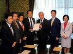 記述式試験の中止法案を衆院に提出した山井和則衆院議員(左端)ら野党議員=国会内