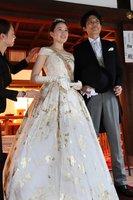 挙式を前に、ローブデコルテを試着する新婦の棚橋さん(京都市北区・上賀茂神社)