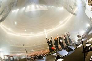 東京・日本武道館で観客の声援に応える京都のバンド「ロットングラフティー」のメンバーたち=昨年10月3日