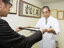 感謝状を受け取る沢辺さん(右)=綾部市青野町・綾部市立病院(三田市提供)