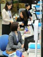 私服で受付業務にあたる職員たち(京都市下京区・京都信用金庫本店)