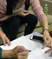 福知山市の会社で働いた際、同僚の技能実習生と寮の狭い部屋で暮らしていたと説明するベトナム人女性(東京都内)