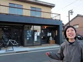 空き家を改装した「白湖」を前に、「地域の日々の暮らしが豊かになるような場に育てたい」と話す上田さん(高島市勝野)