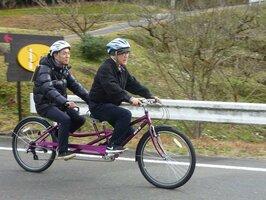 「タンデムを楽しむ会」理事の田井太加次さん。タンデム自転車の後席は記者(京都府綾部市)