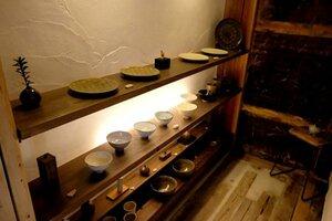 カフェに併設したギャラリーに展示されている、市村さん夫妻が作った皿や茶わん[LF]