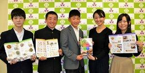 市内3中学の生徒たちに食育冊子を手渡した同志社女子大の(右から)岸田さん、中尾さん=京田辺市役所