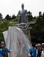 除幕式で姿を現した明智光秀の銅像。市民から2800万円の寄付が集まった(京都府亀岡市古世町・南郷公園)