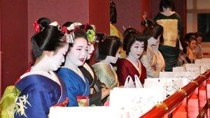 南座の桟敷席に座り、にこやかな表情を見せる芸舞妓たち(2日午前10時27分、京都市東山区)