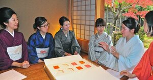 「女性がときめく着物」について話し合う野原さん(右から2人目)やメンバーら=京都市左京区・源鳳院
