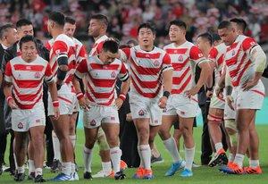 南アフリカに敗れ肩を落とす日本フィフティーン(20日午後9時27分、味の素スタジアム)