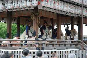 例祭で披露された東遊(京都市東山区・八坂神社)