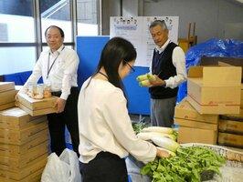 提供を受けた食材を整理するきょうとフードセンターの職員(京都市中京区)