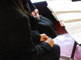 いじめを受け、「私立学校に指導する機関がない」と訴える生徒(手前)と保護者=京都市中京区