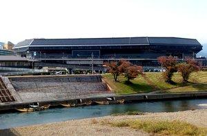 桂川に隣接する府立京都スタジアム(京都府亀岡市保津町より望む)