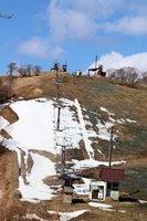 雪がわずかしかないゲレンデ。営業できずにスキー大会やスキー教室も中止となった(26日、京丹後市弥栄町・スイス村スキー場)